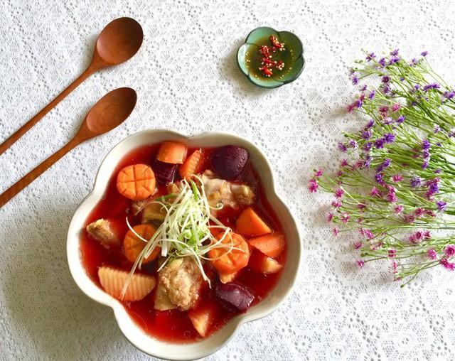 Bắc nồi nước sôi, cho sườn vào và vớt bọt kỹ, tiếp đến cho cà rốt và củ dền vào khi sườn mềm thì thêm khoai tây, nêm lại cho vừa ăn. Khoai chín tắt bếp, rắc ngò rí cắt nhỏ vào là món canh hoàn tất.