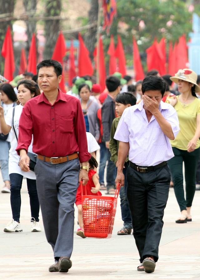 Rất nhiều người cho biết sợ cảnh chen chúc đông đúc nên hành hương, dâng lễ vật lên các Vua Hùng sớm.