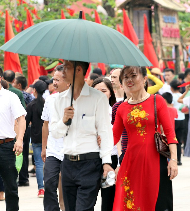 Trao đổi với PV, chị Hương trú tại Vĩnh Phúc cho biết: Năm nào gia đình tôi cũng có mặt để tham gia dâng hương lên các Vua Hùng và năm nay cũng không nằm ngoài ngoại lệ.