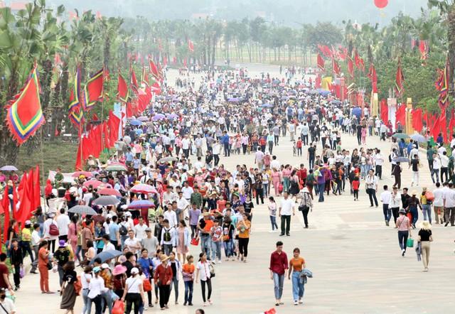 Lối vào cổng Đền Hùng chính lúc 15h chiều ngày 12/4, hàng vạn người dân ùn ùn có mặt để dâng hương lên các Vua Hùng.