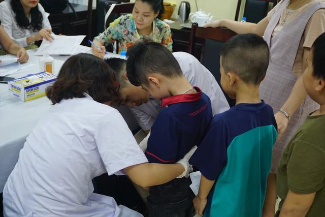 Bác sĩ khám bất thường bộ phận sinh dục cho các bé trai trên địa bàn quận Hoàn Kiếm, Hà Nội. Ảnh: N.Mai