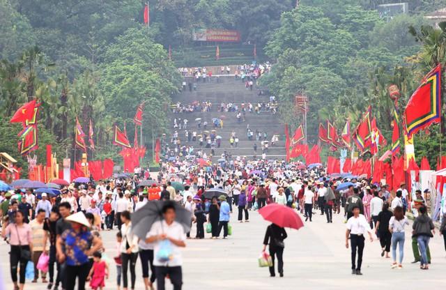 Chiều ngày 12/4 lượng người dân có mặt tại Đền Hùng đông hơn cả mặc dù chưa đến chính hội. Rất nhiều du khách từ tỉnh xa có mặt tại Phú Thọ cho biết, do lo sợ chính lễ quá đông người nên tranh thủ đi lễ sớm.