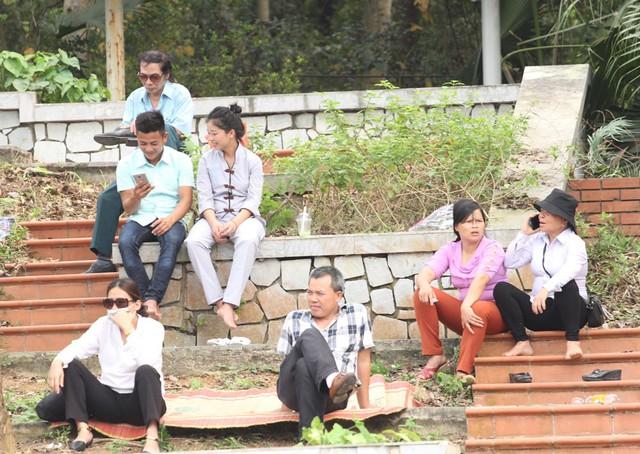 Trong khi đó, không ít người tranh thủ ngồi nghỉ ngơi ở các bậc thềm ven đường đi.