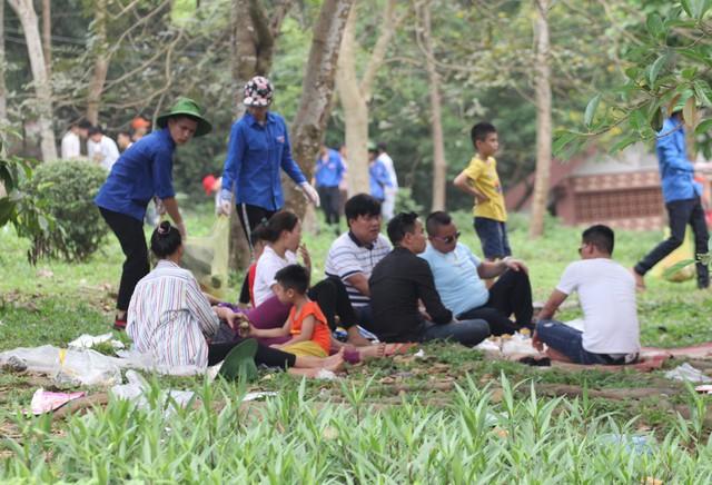 Người dân đã mang theo chiếu, mảnh nilon và đồ ăn khi hành hương. Nhiều sinh viên tình nguyện đã có mặt để thu dọn rác xung quanh đảm bảo môi trường luôn sạch sẽ.