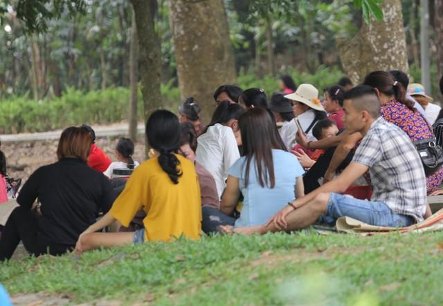 Nhiều bạn trẻ đi theo từng nhóm từ các huyện của Phú Thọ cũng tranh thủ nghỉ ngơi.