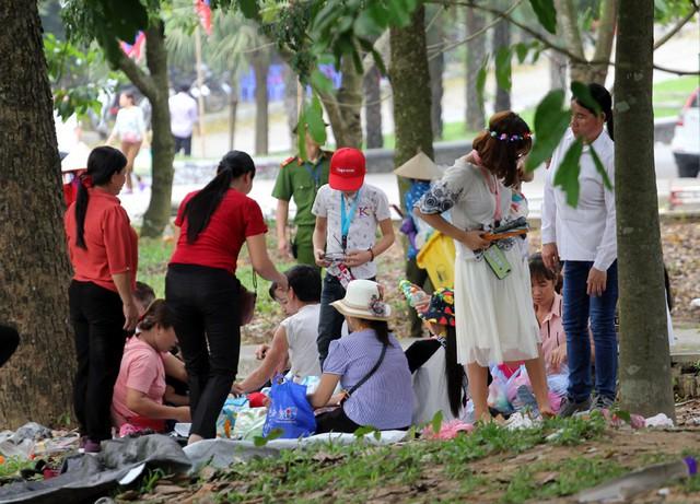 Nhóm phụ nữ tụ tập nhau dưới gốc cây bóng mát.