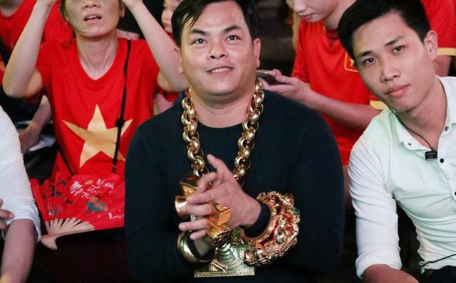 Phúc XO được biết đến là người đeo nhiều vàng nhất Việt Nam.