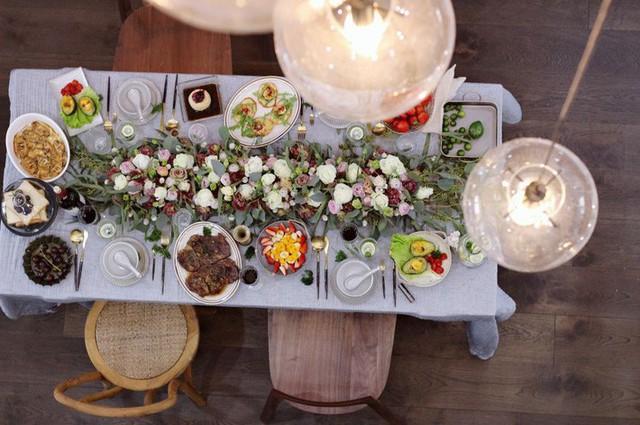 Bàn ăn có thể decor thành bàn tiệc ấm cúng, sang trọng.