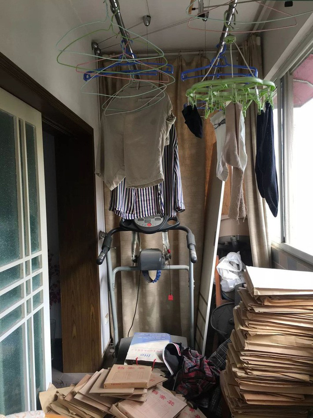 Không gian ban công giống một kho chứa đồ cũ.