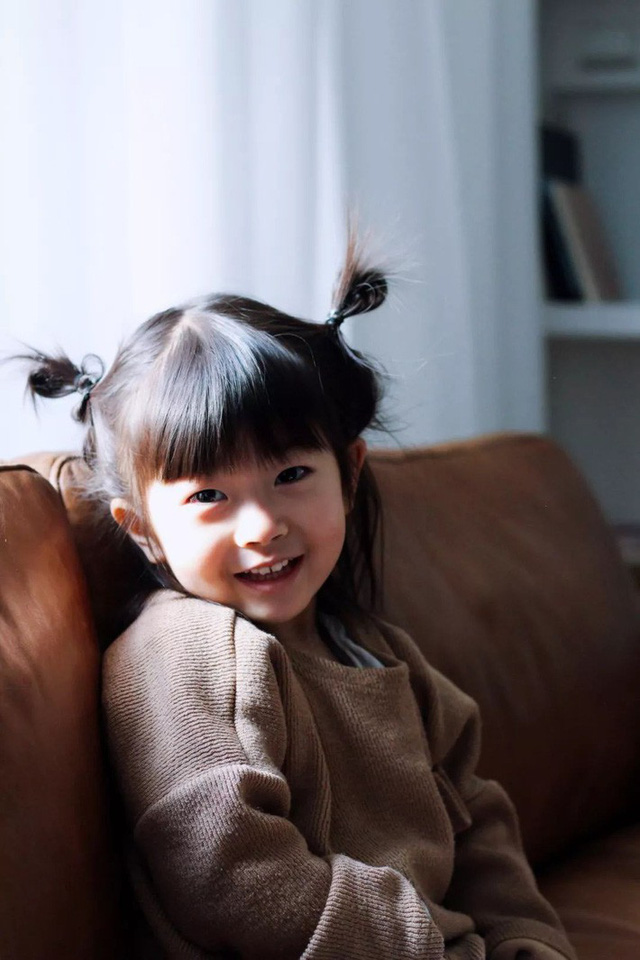 Cô con gái đầu lòng sống hạnh phúc trong căn nhà xinh xắn.