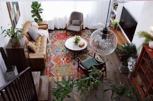 Phòng khách với thảm trải sàn họa tiết nổi bật.