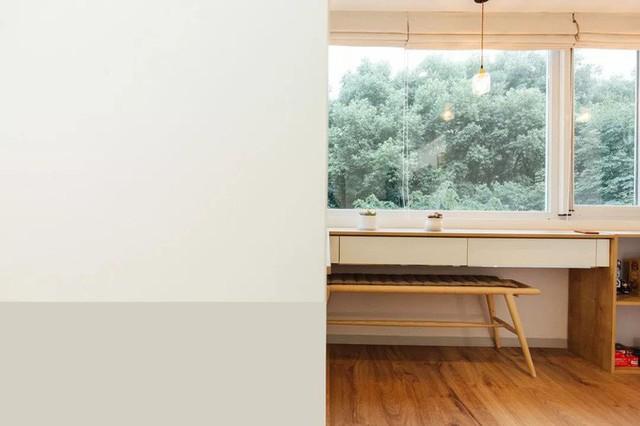 Không gian làm việc với khung cửa kính ngập tràn ánh sáng tự nhiên.