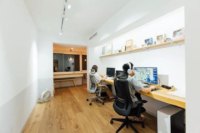 Phòng làm việc khá rộng được chủ nhân thiết kế bàn làm việc và khu vực đọc sách, thưởng trà, ngắm cảnh ngay cạnh khung cửa mộng mơ.