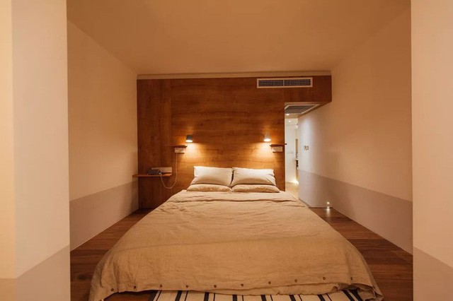 Phòng ngủ chính với thiết kế tối giản.