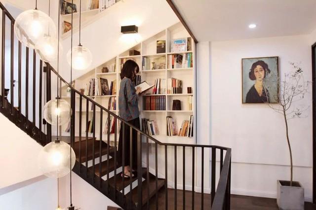 Kệ đựng sách cầu thang.