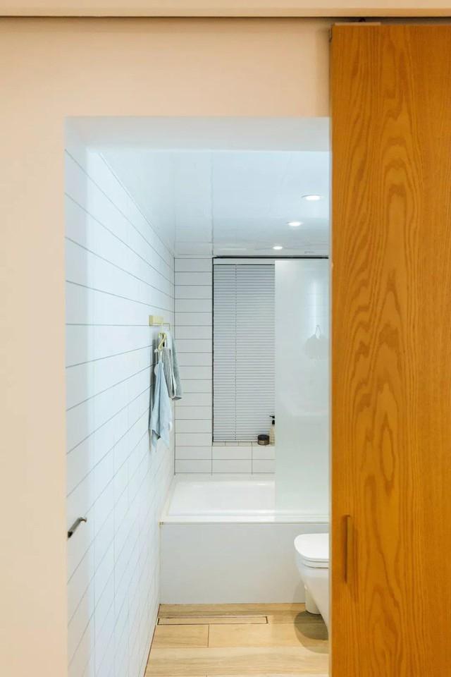 Phòng tắm thoáng sáng, gọn đẹp.