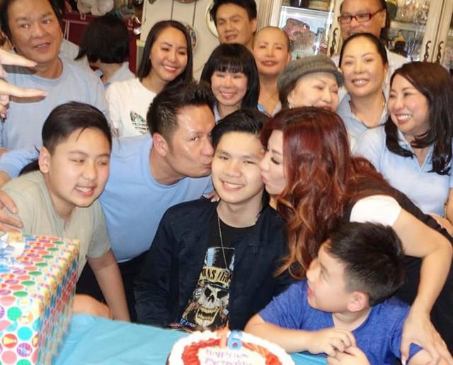 Bằng Kiều và Trizzie cùng hôn má con để chúc mừng cậu cả tròn 16 tuổi.