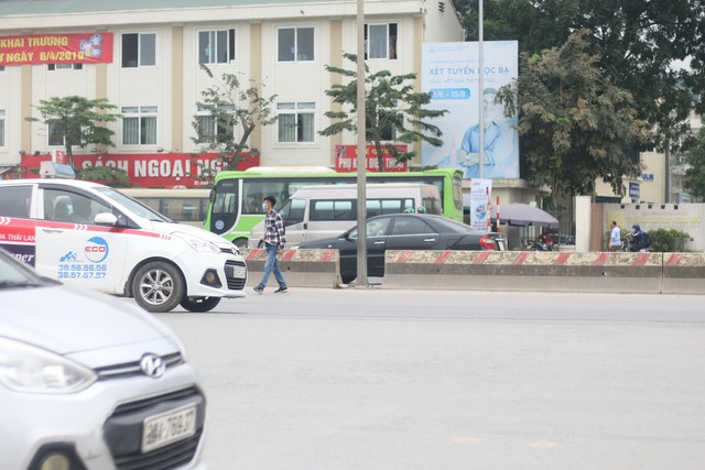 Hầm đi bộ ở đường Phạm Văn Đồng sạch sẽ, được lắp đặt hệ thống chiếu sáng, nhưng một số người vẫn chọn cách vượt rào chắn để sang đường.