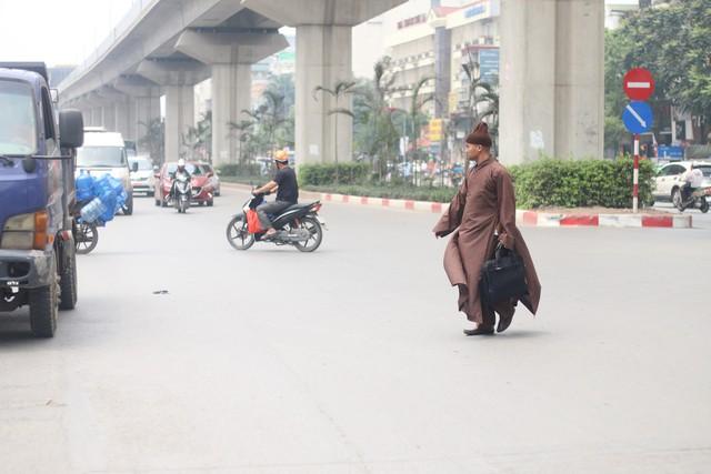 Chạy dọc trên tuyến đường Nguyễn Trãi, có đến 3 cầu vượt nhưng nhiều người từ chối đi và chọn cách băng thẳng qua bên kia đường trong khi không được phép.