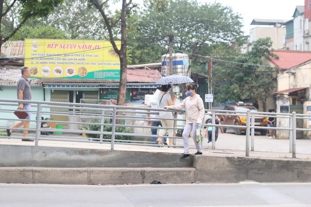 Tại Láng Hạ, nhiều người cũng trèo qua lan can để sang hai bên đường mặc dù cầu bộ đi bộ chỉ cách đó mấy bước chân.