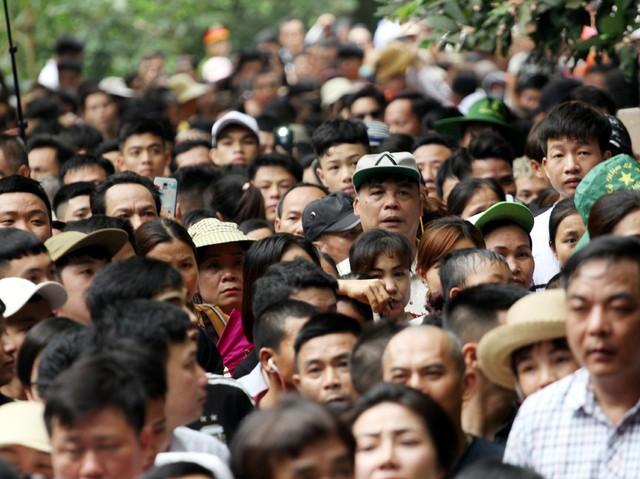 Khoảng 10h sáng ngày 13/4 lượng du khách có mặt tại Đền Hùng hành hương đông lên đột biến khiến cảnh tượng ùn tắc diễn ra từ cổng lên Đền Thượng.