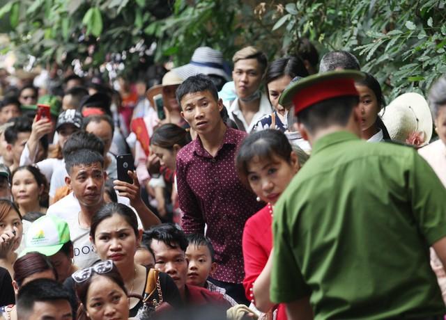 Lực lượng chức năng căng mình hỗ trợ, nhắc nhở người dân di chuyển trật tự, không dùng lại giữa đường hoặc băng qua rừng đi lối tắt nguy hiểm.