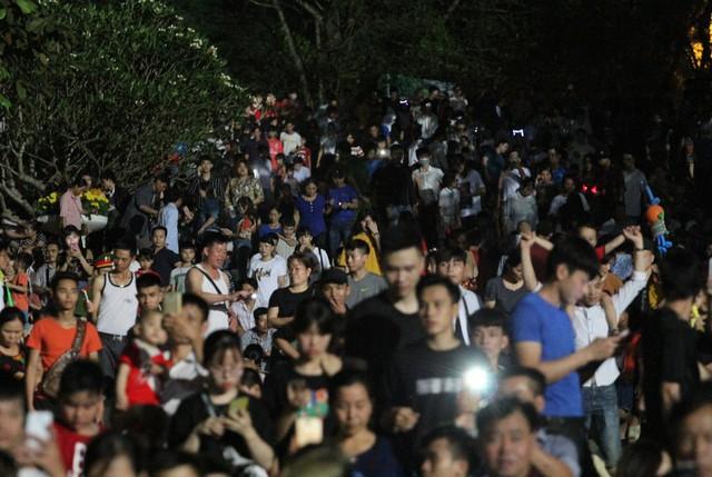 Trước bậc thềm lên núi Nghĩa Lĩnh hàng nghìn người đứng hóng mát, chụp ảnh.