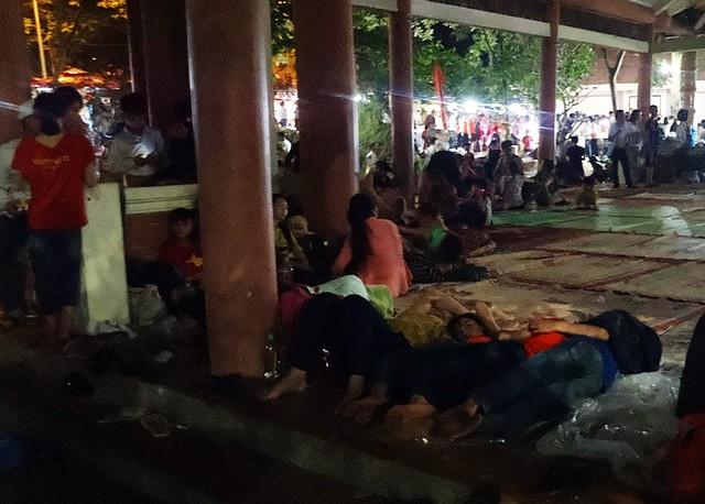 Tại khu vực nơi nghỉ chân cho du khách gần Đền Giếng, hàng trăm người thuê chiếu ngủ ngon lành lúc nửa đêm.