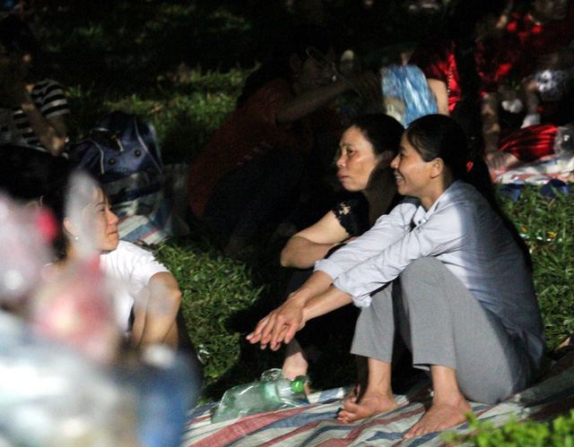 Lúc 22h30, nhiều chị em phụ nữ từ nhiều tỉnh thành ngồi tám chuyện bởi chưa thể chợp mắt do ồn ào.