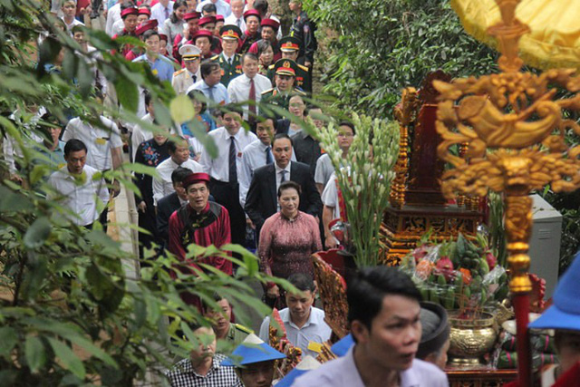 Chủ tịch Quốc hội Nguyễn Thị Kim Ngân cùng đoàn đại biểu dâng hương lên các vị Vua Hùng.