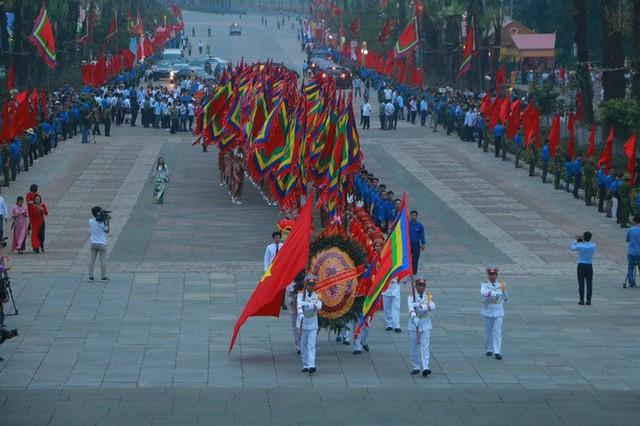 Đoàn lễ dâng hương tiến về đền Thượng ngay từ sáng sớm trong không khí trang nghiêm.