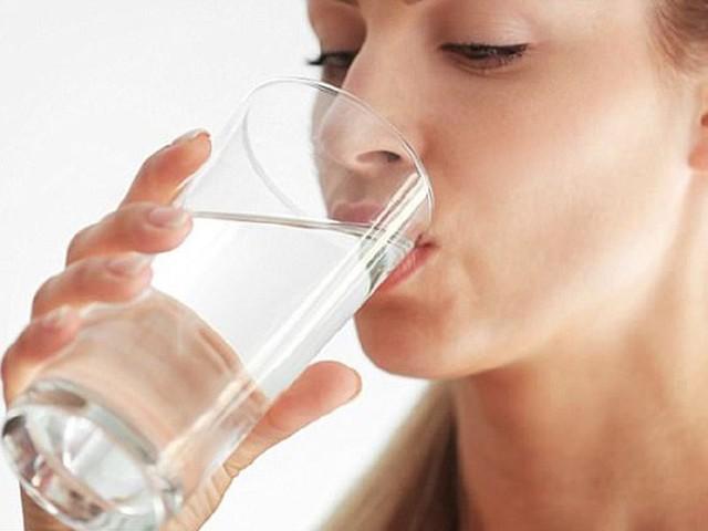 Uống nhiều nước thực sự có thể kiềm chế cảm giác buồn tiểu do việc làm này khiến nước tiểu loãng, ít tác động tới bàng quang.