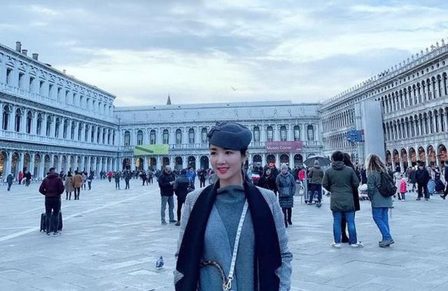 Cuộc sống giàu có nên chị thường xuyên đi du lịch ở những nơi nổi tiếng trên thế giới.