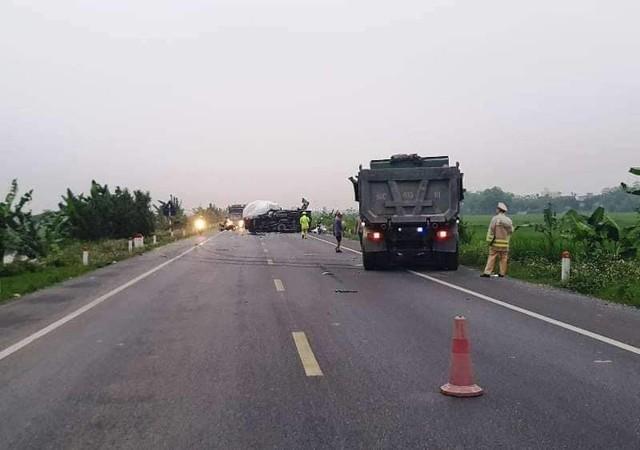 Hiện trường vụ hai xe tải đấu đầu trên đường nối cao tốc ở Hà Nam sáng 13/4 khiến một nam thanh niên tử vong thương tâm.