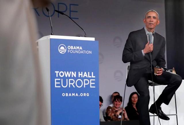 Ông Obama không còn là tổng thống Mỹ nhưng thương hiệu Obama thì khó có thể bị quên lãng. Một việc gần như chắc chắn từ trước là ông sẽ sử dụng uy tín của mình để tiếp tục góp sức cho nước Mỹ. Kể từ khi rời ghế tổng thống Mỹ, ông Obama vẫn có nguồn thu nhập khổng lồ nhờ các bài phát biểu, viết sách và lương hưu. Trong ảnh, cựu tổng thống Barack Obama đặt câu hỏi với các nhà lãnh đạo trẻ từ khắp châu Âu trong một tòa thị chính ở Berlin. Ảnh: Reuters.