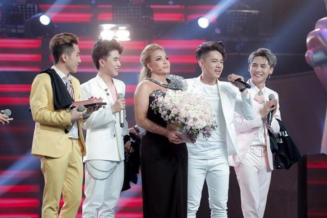 Thanh Hà cùng nhóm hát ca khúc chúc mừng sinh nhật để đón chào tuổi mới.