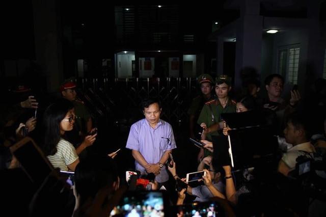 Cuộc gặp gỡ báo chí lúc nửa đêm của ông Mai Văn Trinh, Cục trưởng Cục Quản lý chất lượng giáo dục, Bộ GD&ĐT tại Sơn La những ngày trung tuần tháng 7/2018. Ảnh: Nghiêm Huê