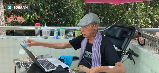 Nghệ sĩ Lê Bình đang ngồi máy tính làm việc, tranh thủ từng giờ để thực hiện 3 điều tâm nguyện cuối cùng, bởi ông xác định, thời gian của mình không còn nhiều.