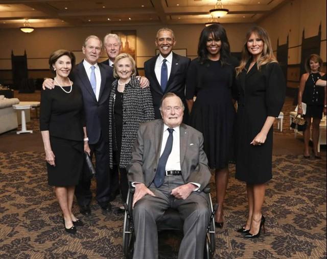 Ông Obama cùng phu nhân chụp ảnh với các cựu tổng thống và đệ nhất phu nhân Mỹ tại tang lễ cựu đệ nhất phu nhân Barbara Bush. Bà là vợ của cựu Tổng thống George H. W. Bush. Ảnh: AP.