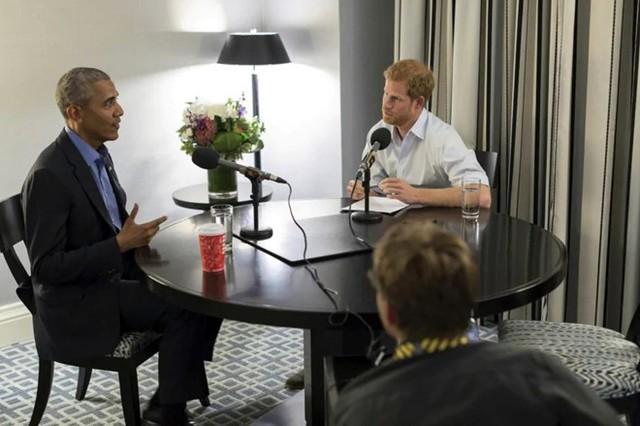 Hoàng tử Harry phỏng vấn ông Barack Obama ở Toronto trong Thế vận hội Invictus năm 2017. Đây là Thế vận hội dành cho các cựu chiến binh và quân nhân bị khuyết tật quốc tế do Hoàng tử Harry tổ chức. Ảnh: AP.