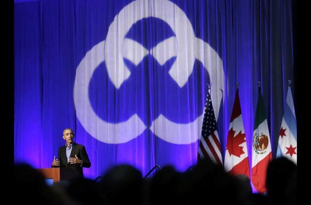 Ông Obama nói chuyện với người tham gia tại hội nghị thượng đỉnh về khí hậu, nơi quy tụ các thị trưởng đến từ Canada, Mexico và Mỹ. Ảnh: AP.