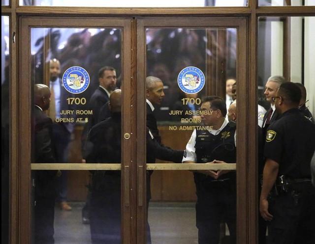 Ông Barack Obama đến làm nhiệm vụ bồi thẩm đoàn quận Cook tại Trung tâm Daley ở Chicago. Ảnh: Getty Images.