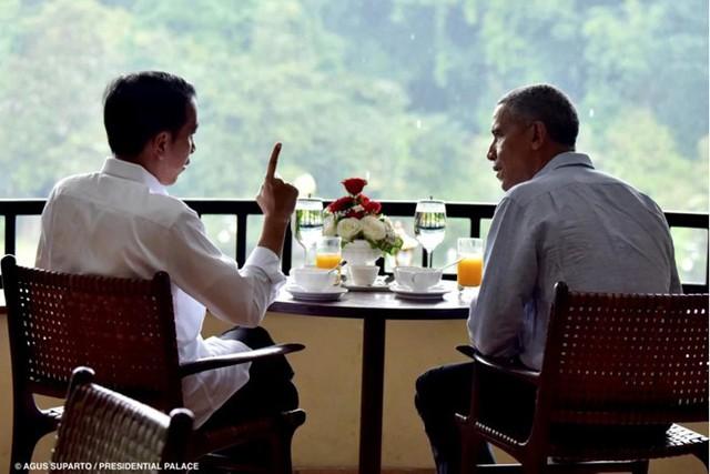 Tổng thống Indonesia Joko Widodo (trái) trò chuyện với ông Obama tại cung điện Bogor ở Tây Java. Ảnh: Getty Images.