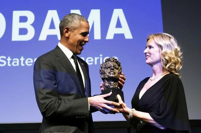 ĐH Mỹ cũng ước tính ông Obama có thể thực hiện 50 buổi diễn thuyết trong một năm với mức thù lao bèo bọt nhất là 200.000 USD cho mỗi bài. Trong 15 năm tới, cựu tổng thống có thể đạt gần mức thu nhập 200 triệu USD. Tháng 9/2017, ông Obama phát biểu tại một hội nghị y tế do hãng dịch vụ tài chính Cantor Fitzgerald tổ chức và tiền công cho lần xuất hiện đó của ông vào khoảng 400.000 USD, tương đương lương cả năm khi còn làm tổng thống. Trong ảnh, Chủ tịch của tổ chức Nhân quyền Robert F. Kennedy - bà Kerry Kennedy - trao tặng ông Obama giải thưởng Ripple of Hope của tổ chức này tại một buổi lễ ở New York. Ảnh: AP.