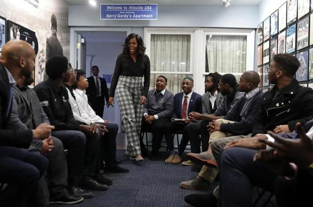 Cựu đệ nhất phu nhân Michelle Obama gây ngạc nhiên cho sinh viên từ Đại học Wayne State trong cuộc thảo luận tại Bảo tàng Motown ở Detroit, bang Michigan, Mỹ. Ảnh: AP.
