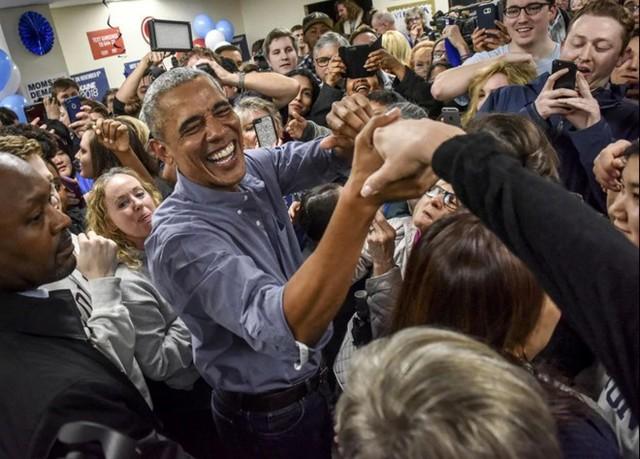 Ông Obama thích truyền cảm hứng cho các thế hệ trẻ. Suốt quãng thời gian từ khi ứng cử tới khi giành được chức vụ tổng thống, ông bày mong muốn cống hiến cho xã hội bằng những lý tưởng của mình. Ông từng chia sẻ trong chương trình The View vào năm 2012: Tôi mong muốn có thể đi khắp các thành phố để truyền đạt những hiểu biết của mình cho mọi người và tạo ra nhiều việc làm cho người dân, cho những bạn trẻ có cơ hội được tỏa sáng. Trong ảnh, cựu tổng thống Obama chào đón các tình nguyện viên trong một chiến dịch tại Fairfax, Virginia, Mỹ. Ảnh: The Washington Post.