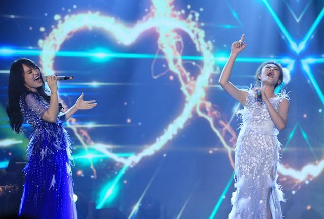 Ở dòng nhạc nhẹ, việc Thuỳ Dương (phải) giành chiến thắng là điều không bất ngờ bởi cô có phong độ ổn định trong suốt 4 tuần thi. Cô được ca sĩ Nhật Thuỷ trợ giúp trong màn song ca Lovin you trên sân khấu tối qua.