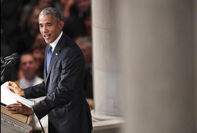 Ông Obama phát biểu trong lễ tang Thượng nghị sĩ John S. McCain tại Nhà thờ Quốc gia Washington. Ảnh: The Washington Post.