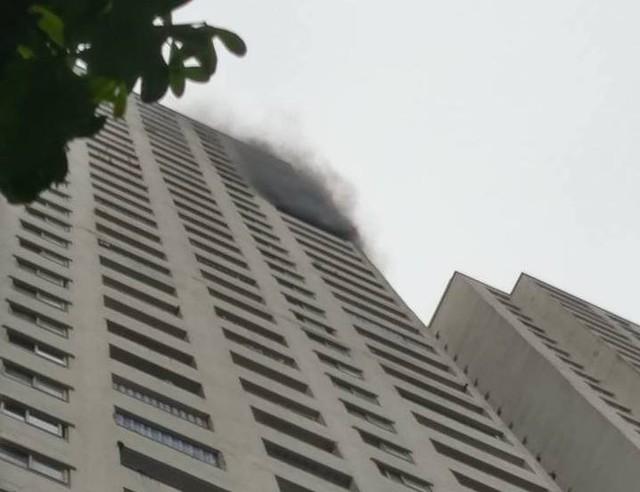 Cột khói bốc lên từ tầng 30 của toà nhà HH2C Linh Đàm.