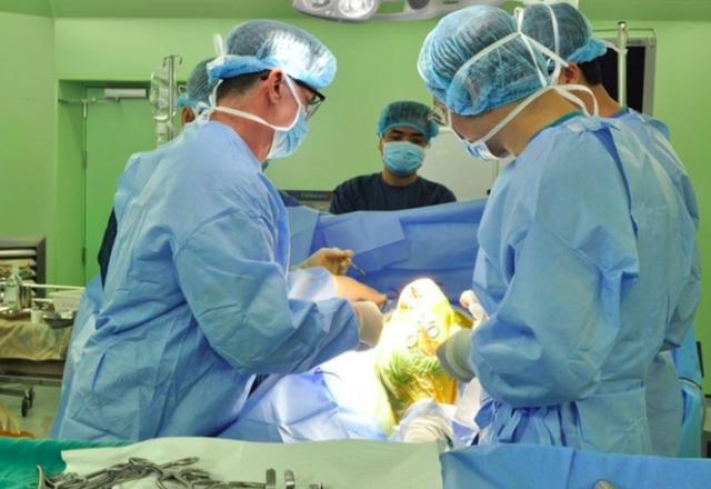Một ca phẫu thuật cấp cứu tại Bệnh viện Bạch Mai. Ảnh: TL